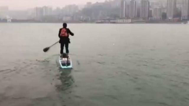 上班通勤全靠浪! 保險男「住公司對岸」每天穿西裝划船渡江