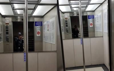 電梯開門 車廂中間多一根鋼管