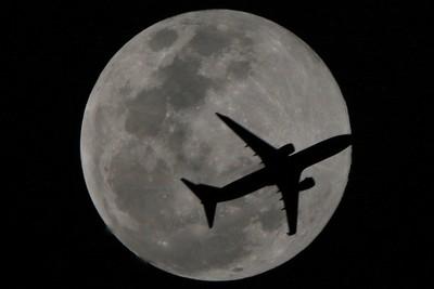 客機飛越超級滿月!他背單眼守4hr神捕捉