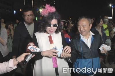 陳文茜借1萬逛夜市 拿韓總畫糖:像和尚