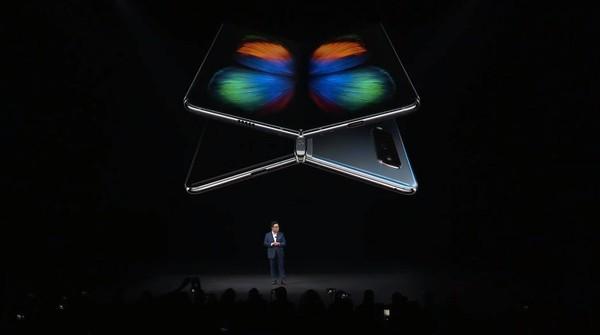 ▲▼三星新世代摺疊螢幕手機Galaxy Fold亮相。(圖/翻攝自Facebook/Samsung)