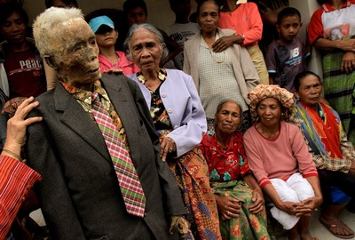 印尼村莊「不埋死人」! 全屍做木乃伊方家中