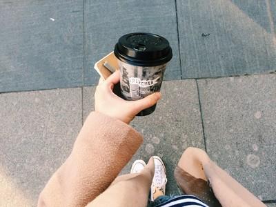 唇印沾杯超NG!「黑色咖啡杯蓋」好處引共鳴 一秒拯救女生的小尷尬