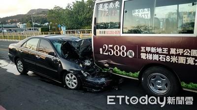 駁二離奇車禍 轎車暴衝釀9人傷