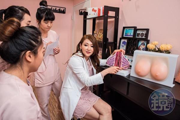 Vicky(右)正在跟旗下美容師說明乳房構造。