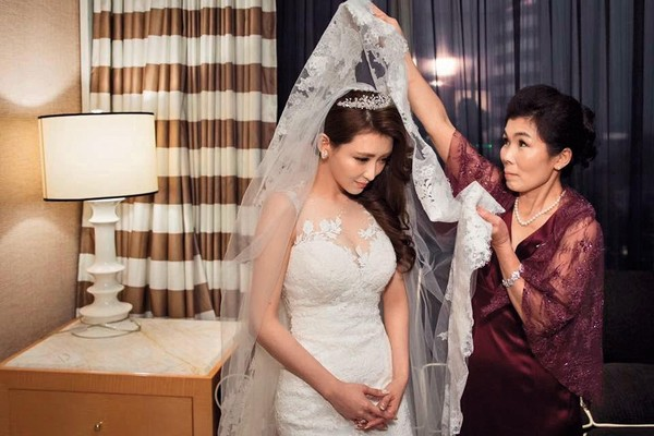 Vicky從小父母離異,爸爸已另組家庭,她2015年結婚時,由媽媽全程陪伴。(Vicky提供)