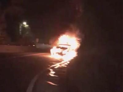 轎車撞貨車燒成火球 幸運駕駛遭救出