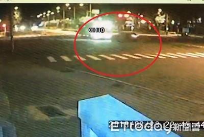 轎車疑搶快左轉遭公車撞爛 嫩妹卡車內