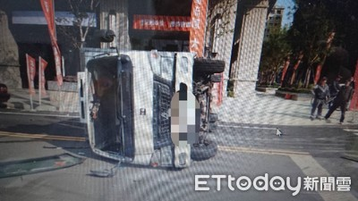 女駕駛搶快 蔬果貨車遭撞翻覆