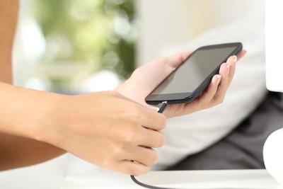 充電玩手機 男手指被「電到斷裂」慘死
