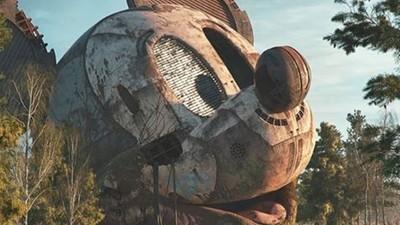 最愛角色丟荒地...3D插畫家「廢墟美」結合消費文化,童年再現已荒蕪