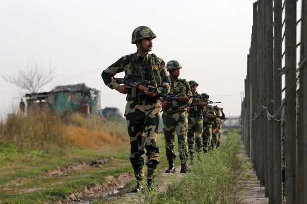 ▲▼印度軍隊加強邊界巡視。(圖/路透)