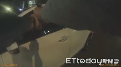 身揹3通緝遭攔 他倒車欲逃看到警槍秒嚇呆