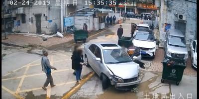 新手女兒不會停車 爸接手卻追撞她