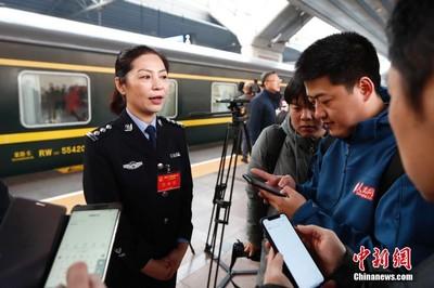 黑龍江代表團下火車秒被包圍