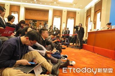 陸政協會議新聞發佈會首開放坐地拍照