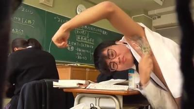 「上課剃腋毛」高中網紅被退學 隔天嘲諷回歸:我自己申請的啦☆