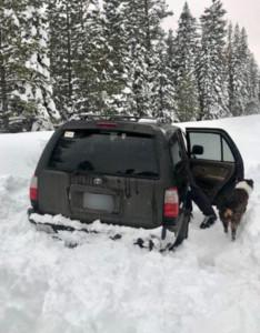 卡在雪中5天!車上「莎莎醬包」救了他