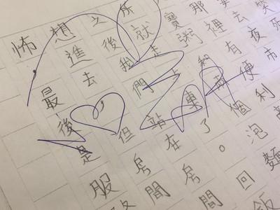 小孩拿聯絡簿給阿翔簽名 師傻眼…暖心原因曝