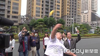 髮蠟哥丟香蕉要韓國瑜「幫忙蕉農」