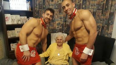 百歲生日禮是「兩男一嬤」 腰布遮不住壯碩肌...阿嬤急伸手試彈性