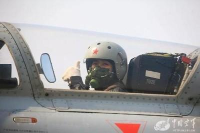 張瀟:解放軍應從在校大學生招收女飛行員