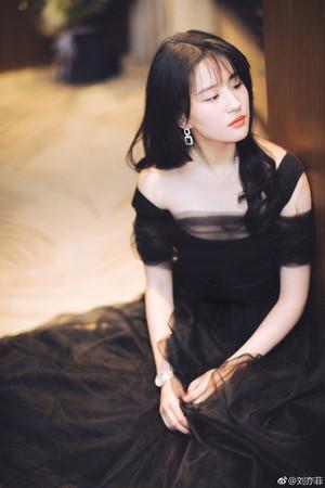 ▲劉亦菲出道17年首剪「空氣瀏海」。(圖/翻攝自劉亦菲微博)