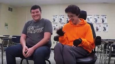 打工兩年「買輪椅送給摯友」 暖心少年受訪,記者發現他牛仔褲穿破了
