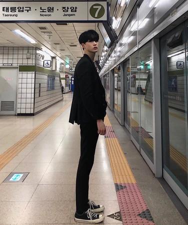 ▲金剛珉擁有188公分的超高身材。(圖/翻攝自金剛珉IG)