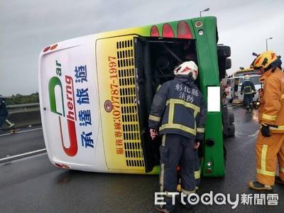 黑車突入撞2次 遊覽車翻覆33傷