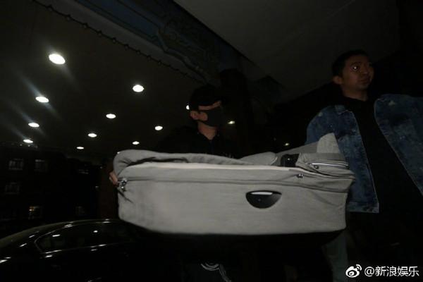 ▲▼馮紹峰現身醫院,手抱嬰兒籃。(圖/翻攝自微博/新浪娛樂)
