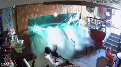 咖啡店大魚缸突炸裂 2顧客成落湯雞