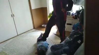 母發瘋狠踹6歲弟 小哥哥偷錄影PO網求援