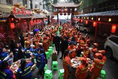 重慶暖老闆請150環衛女工吃壩壩宴