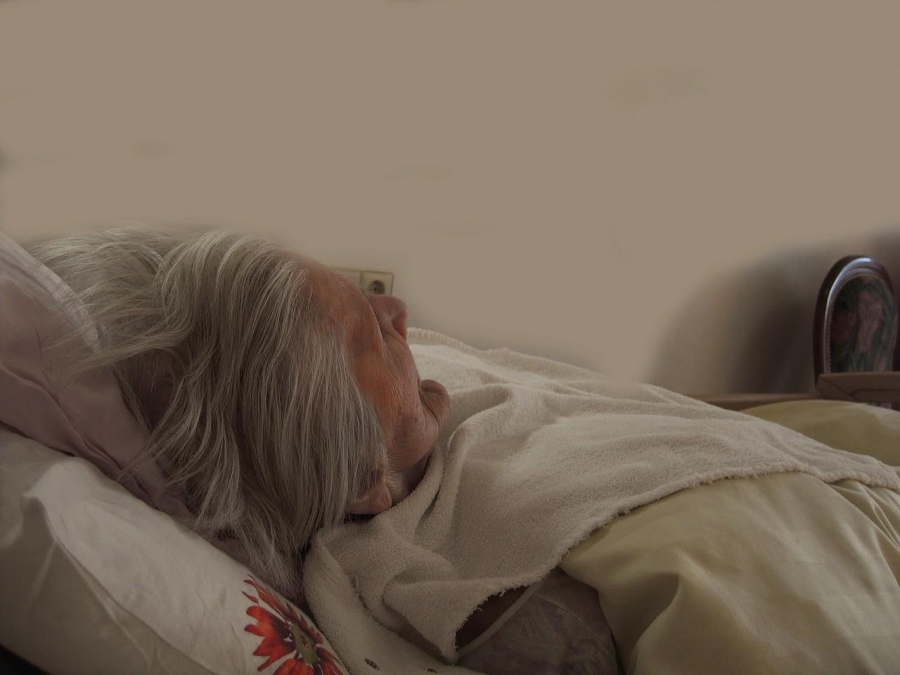 ▲老人,老人照護,安養問題,阿嬤,生病,病床。(圖/取自免費圖庫Pixabay)