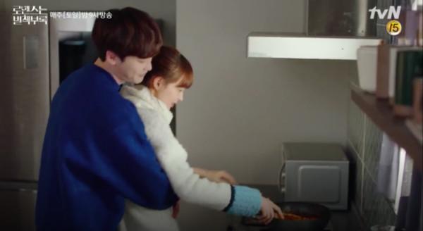 ▲▼ 李鍾碩「年糕kiss」餵食李奈映 一口咬住鼻子、嘴巴甜出汁!(圖/翻攝自tvN)