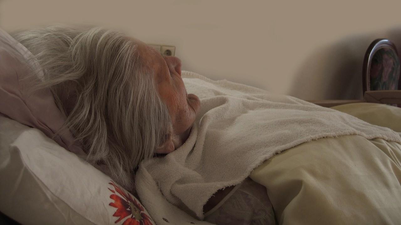 ▲老人,老人照護,安養問題,阿嬤,生病,病床。.(圖/取自免費圖庫Pixabay)