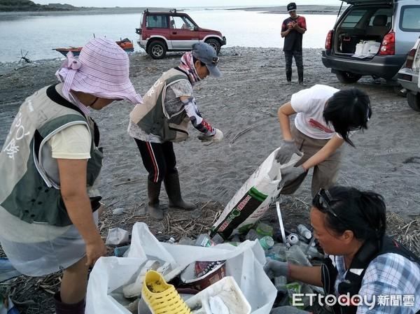 ▲秀姑巒溪Cepo'水守隊發係由一群靠海吃飯的阿美族志工組成, 致力於維護秀姑巒溪出海口的生態環境。(圖/記者王兆麟翻譯攝,下同)