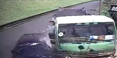 砂石車追撞轎車卡水溝 電桿也遭擊落