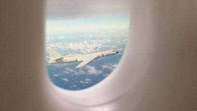 搭機巧遇「共軍轟六H6」轟炸機隨行!看起來真D太帥了