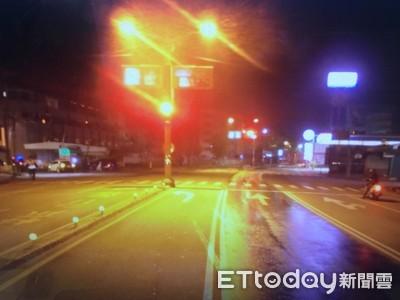 警車左轉撞斷路燈 學長上頸圈