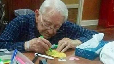 戴老花眼鏡「手抖寫卡片」感謝愛妻!92歲爺寵妻日常,孫女邊拍邊哭