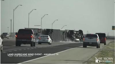 「炸彈」肆虐 吹翻40輛卡車