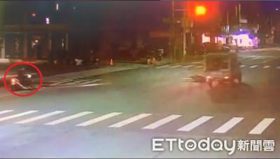 騎士路口繞圈閃過死神 後方機車慘遭貨車撞噴飛