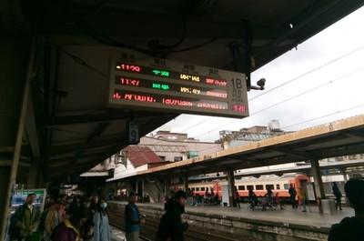 一早搭台鐵!日本客猛拍「誤點76分鐘」奇觀