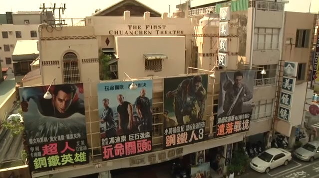 台南全美戲院仍維持「手繪電影海報」的傳統,由顏振發師傅繪製。(圖/取自YouTube。攝影Tassanee Vejpongsa)