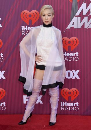 ▲▼泰勒絲(Taylor Swift)和蒂芬妮(Tiffany Young)iHeartRadio頒獎典禮。(圖/達志影像/美聯社)