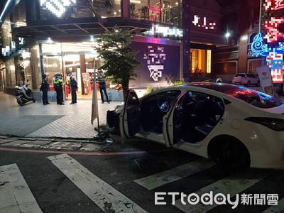 白車自撞行道樹 還慘遭BMW爆砸車窗