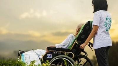失智爸患腫瘤病危!家屬堅持居家照護:讓他在熟悉的家安心走