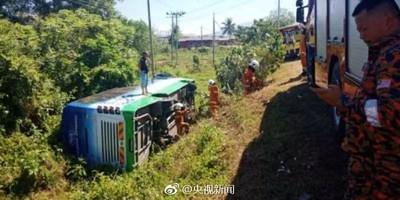 馬來西亞大巴載15陸客失控翻車